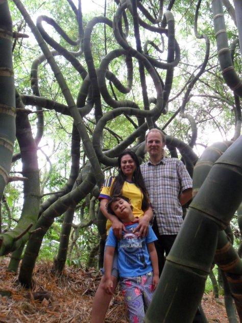 24 Samuel, Pilar e Klaus no Bosque Mágico de bambu curvado da Colômbia