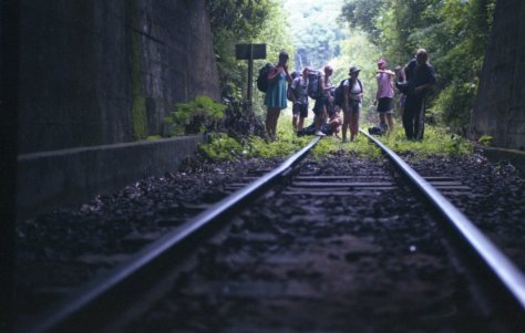 amigos entrando no tunel