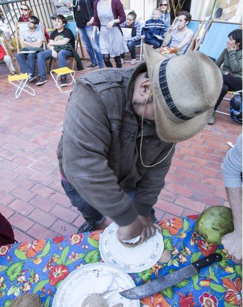 gauderio preparando leite de cocos