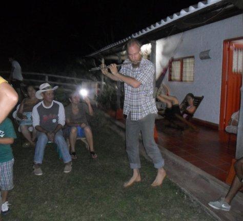 69 tocando flauta na festa