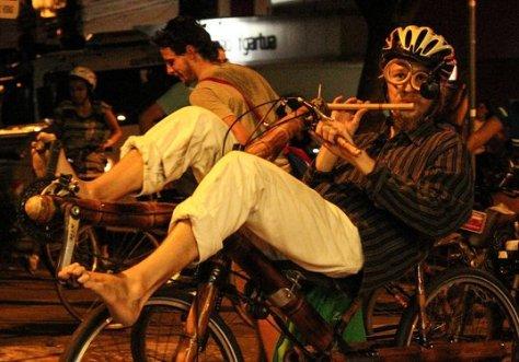 klauzito flauteando e pedalando