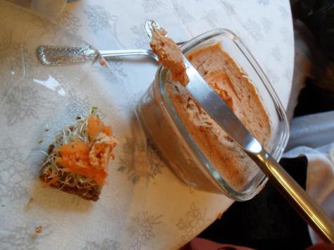 pão de brotos, cenoura e queijo vegetal de tomates secos